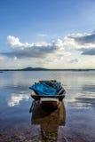 Barcos de pesca, velho, velhos, rios, montanhas, águas claras, beauti Imagem de Stock