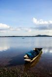Barcos de pesca, velho, velhos, rios, montanhas, águas claras, beauti Fotografia de Stock