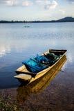 Barcos de pesca, velho, velhos, rios, montanhas, águas claras, beauti Foto de Stock Royalty Free