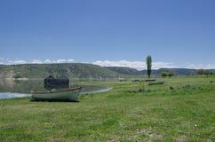 Barcos de pesca velhos abandonados ao longo do rio, céus claros azuis, ol Foto de Stock