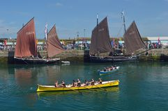 Barcos de pesca velhos, lugres e atuações de competência, no porto Cornualha de Newlyn, Inglaterra imagem de stock