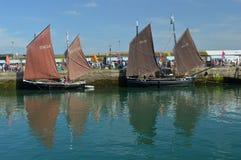Barcos de pesca velhos, lugres, no porto Cornualha de Newlyn, Inglaterra imagens de stock