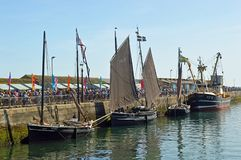 Barcos de pesca velhos, lugres, no porto Cornualha de Newlyn, Inglaterra foto de stock