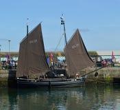 Barcos de pesca velhos, lugres, no porto Cornualha de Newlyn, Inglaterra fotografia de stock