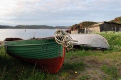 Barcos de pesca velhos na costa Fotografia de Stock Royalty Free