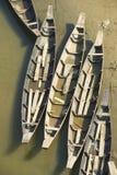 Barcos de pesca velhos no banco de rio em Bandarban, Bangladesh imagens de stock royalty free