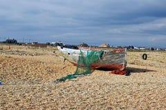 Barcos de pesca velhos no Pebble Beach em Dungeness Kent England fotos de stock