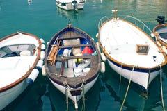 Barcos de pesca velhos no porto fotografia de stock