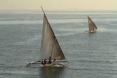 Barcos de pesca y barcos de navegación en el Océano Índico Imagenes de archivo