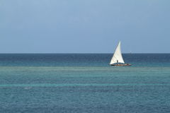 Barcos de pesca y barcos de navegación en el Océano Índico Foto de archivo libre de regalías