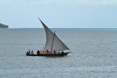 Barcos de pesca y barcos de navegación en el Océano Índico Fotografía de archivo