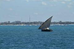 Barcos de pesca y barcos de navegación en el Océano Índico Imágenes de archivo libres de regalías