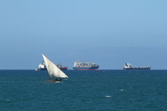 Barcos de pesca y barcos de navegación en el Océano Índico Foto de archivo