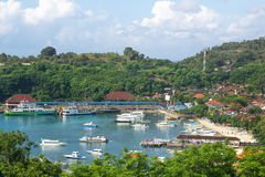 Barcos de placer en bahía abrigada con el centro turístico o el pueblo Imagenes de archivo
