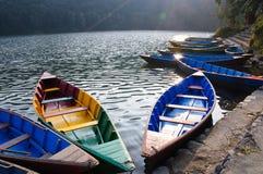 Barcos de placer en el lago en Pokhara, Nepal Fewa Fotos de archivo libres de regalías
