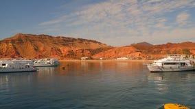 Barcos de placer en el puerto metrajes
