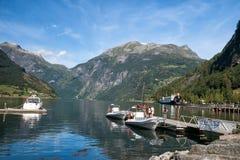 Barcos de placer que amarran en el Geirangerfjord imagen de archivo libre de regalías