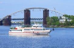Barcos de placer turísticos en Kiev ucrania Imagen de archivo libre de regalías