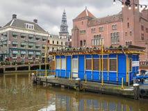 Barcos de placer vacíos del embarcadero en Amsterdam. Países Bajos Imagen de archivo