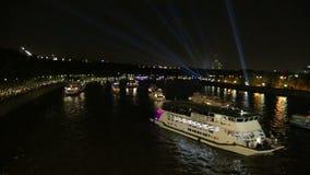 Barcos de prazer do turista no rio de Moskva na noite Moscovo, Rússia filme