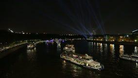 Barcos de prazer do turista no rio de Moskva na noite Moscovo, Rússia vídeos de arquivo