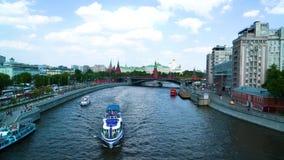 Barcos de prazer que flutuam lentamente no rio na cidade vídeos de arquivo