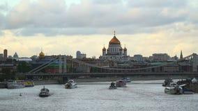 Barcos de prazer que navegam através do rio de Moscou Fotos de Stock Royalty Free
