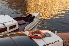 Barcos de prazer velhos amarrados fotografia de stock