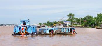 Barcos de río de madera en el río de Can Tho Imágenes de archivo libres de regalías