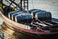 Barcos de Rabelo, barcos del vino de Oporto en Rio Douro, río del Duero fotografía de archivo libre de regalías
