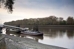 Barcos de rio de Tamisa em Putney Londres fotos de stock royalty free