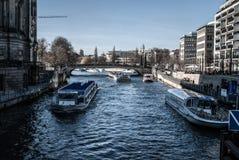 Barcos de rio em Berlim fotografia de stock royalty free