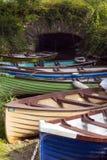 Barcos de rowing amarrados en el puente del castillo de ross Foto de archivo