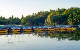 Barcos de rowing del placer amarrados en el embarcadero Foto de archivo