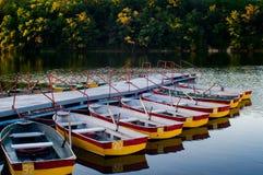 Barcos de rowing del placer amarrados en el embarcadero Fotos de archivo