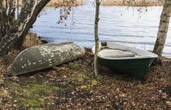 Barcos de rowing en una orilla del lago Foto de archivo libre de regalías