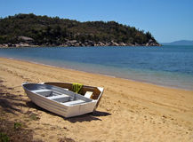 Barcos de Rowing magnéticos de la playa de Sourthen de la isla Imagen de archivo libre de regalías