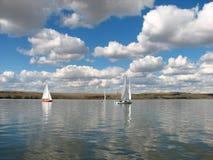 Barcos de Saing do lago Fotos de Stock Royalty Free