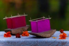 Barcos de seda vermelhos e magentas da lanterna montados na madeira do cedro foto de stock