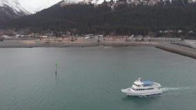 Barcos de trabajo en el agua en Alaska metrajes
