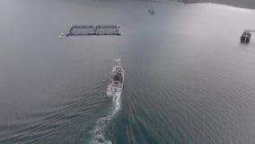 Barcos de trabajo en el agua en Alaska almacen de metraje de vídeo