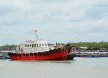 Barcos de turista perto do porto Fotografia de Stock