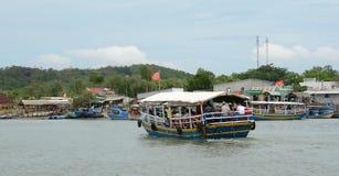 Barcos de turista perto do porto Imagem de Stock Royalty Free