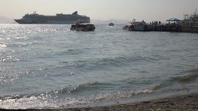 Barcos de turistas do transporte do forro do cruzeiro do navio e adiante no porto marítimo video estoque