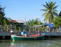Barcos de una pesca coloridos en frente de un pueblo Imagen de archivo