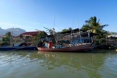 Barcos de una pesca de madera en frente de un pueblo tradicional Fotos de archivo libres de regalías