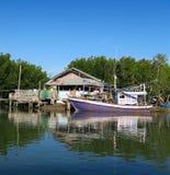 Barcos de una pesca tradicionales púrpuras que esperan una choza imagen de archivo