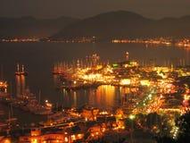 Barcos de vela asegurados en escena de la noche del puerto Imagen de archivo