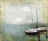 Barcos de vela atracados en niebla Foto de archivo