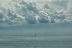 Barcos de vela distantes en el lago Fotografía de archivo libre de regalías